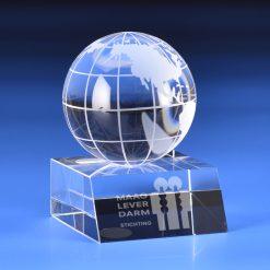 Eereld awards met wereldbol van glas, kristal, plexiglas, acrylaat, metaal en hout